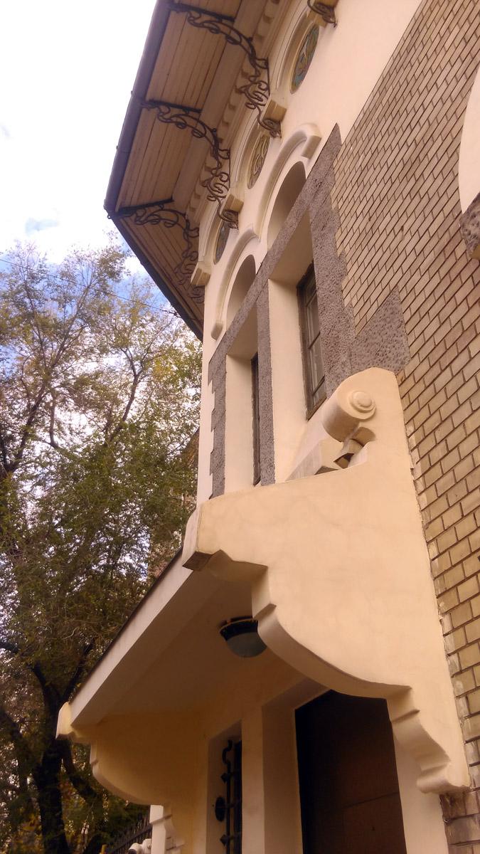 Козырек над входом. А вот, сама дверь, увы заменена на современную безликую железяку. Возможно, это связано с тем, что в особняке расположено посольство. Хотя, напротив посольство Чили и там дверь родная деревянная.
