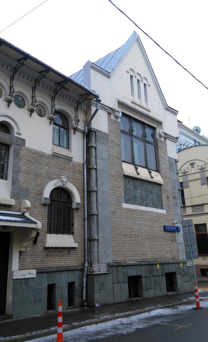 На этом фото на заднем плане видна часть фасада соседнего особняка Тарасовых.