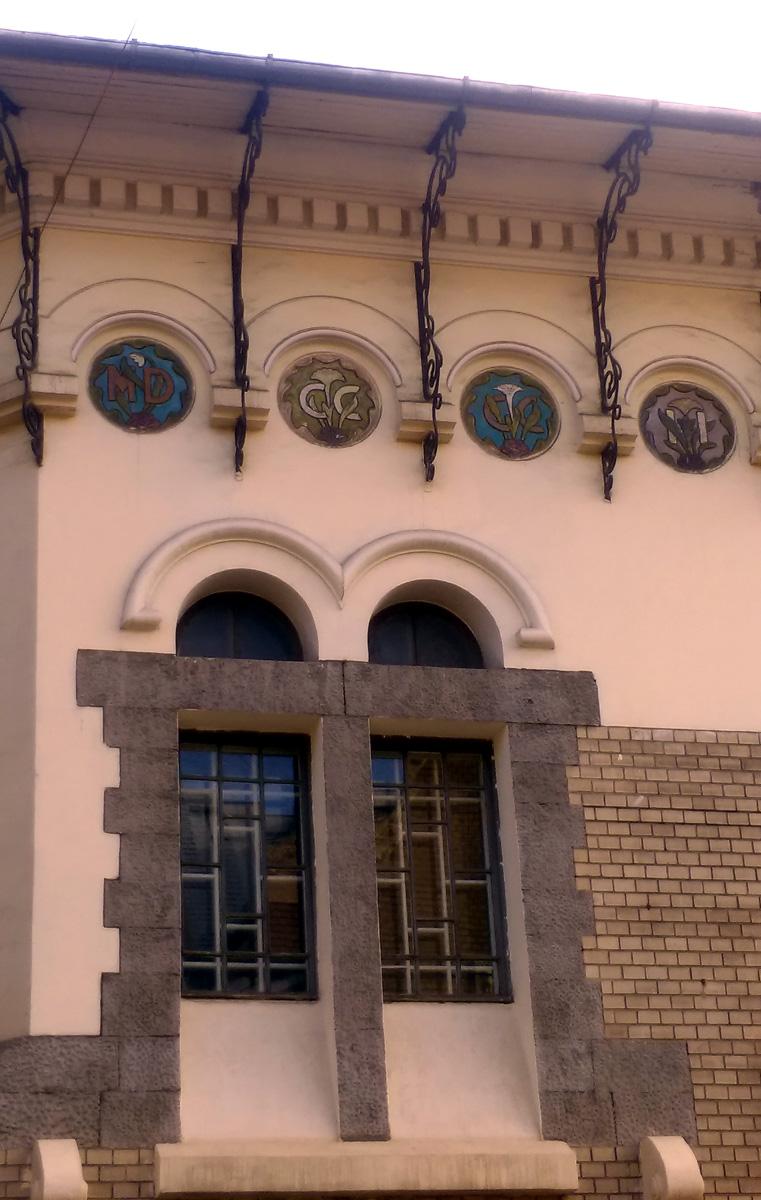 Но вернемся к особняку Соловьева... Между оригинально оформленным двойным окном и карнизом крыши на майоликовых тондо римскими цифрами в цветах указана дата строительства особняка.