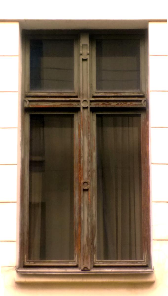 А вот, окна первого этажа гораздо интереснее.