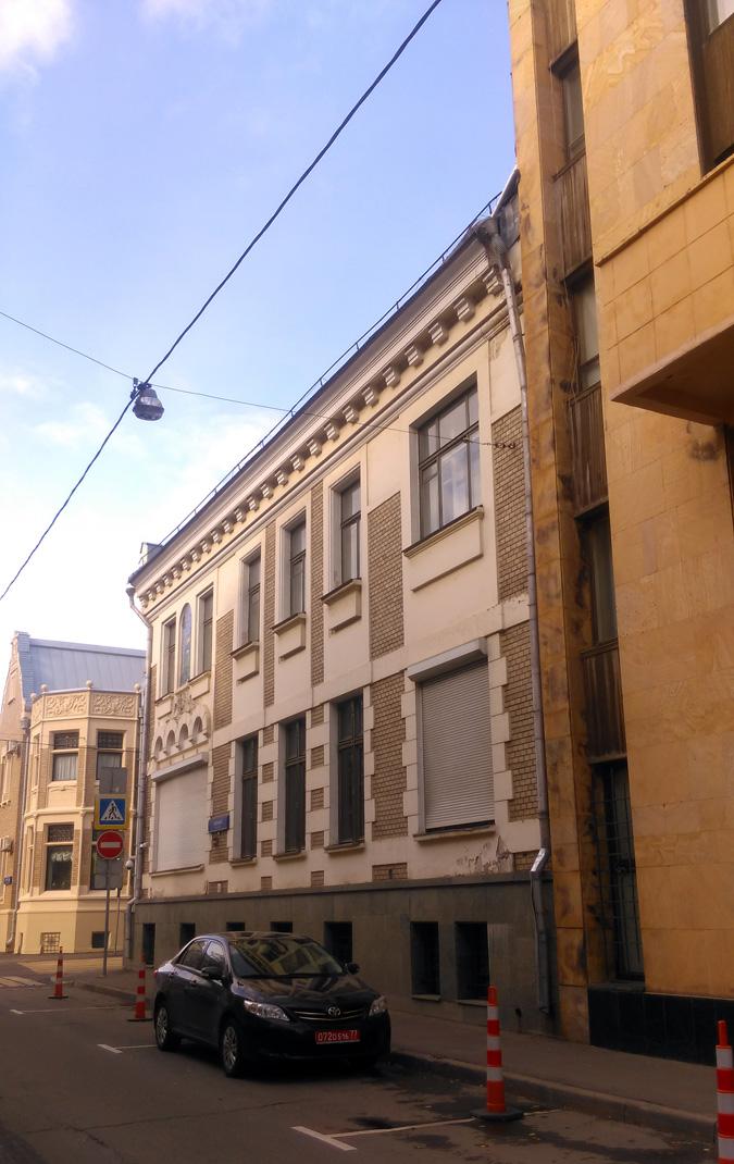 Смотрим на фасад по Хлебному переулку целиком, а заодно видим и кусочек Особняка И. И. Некрасова.