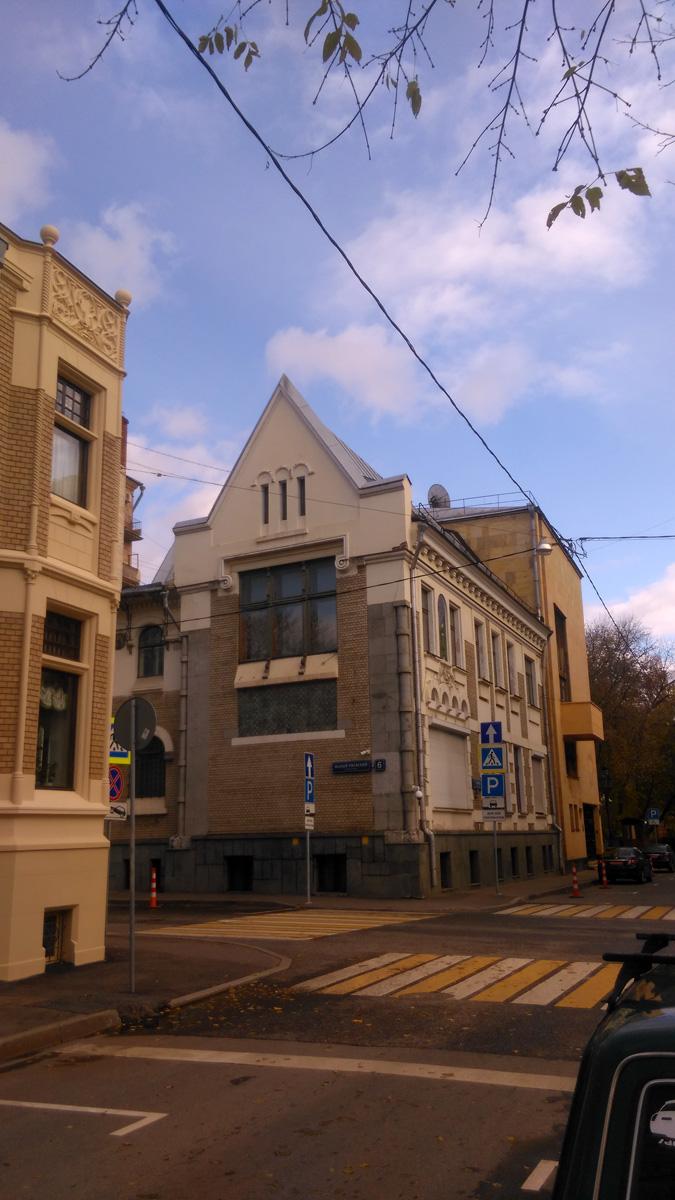 Вот такой интересный перекресток есть в историческом районе - Поварская Слобода.