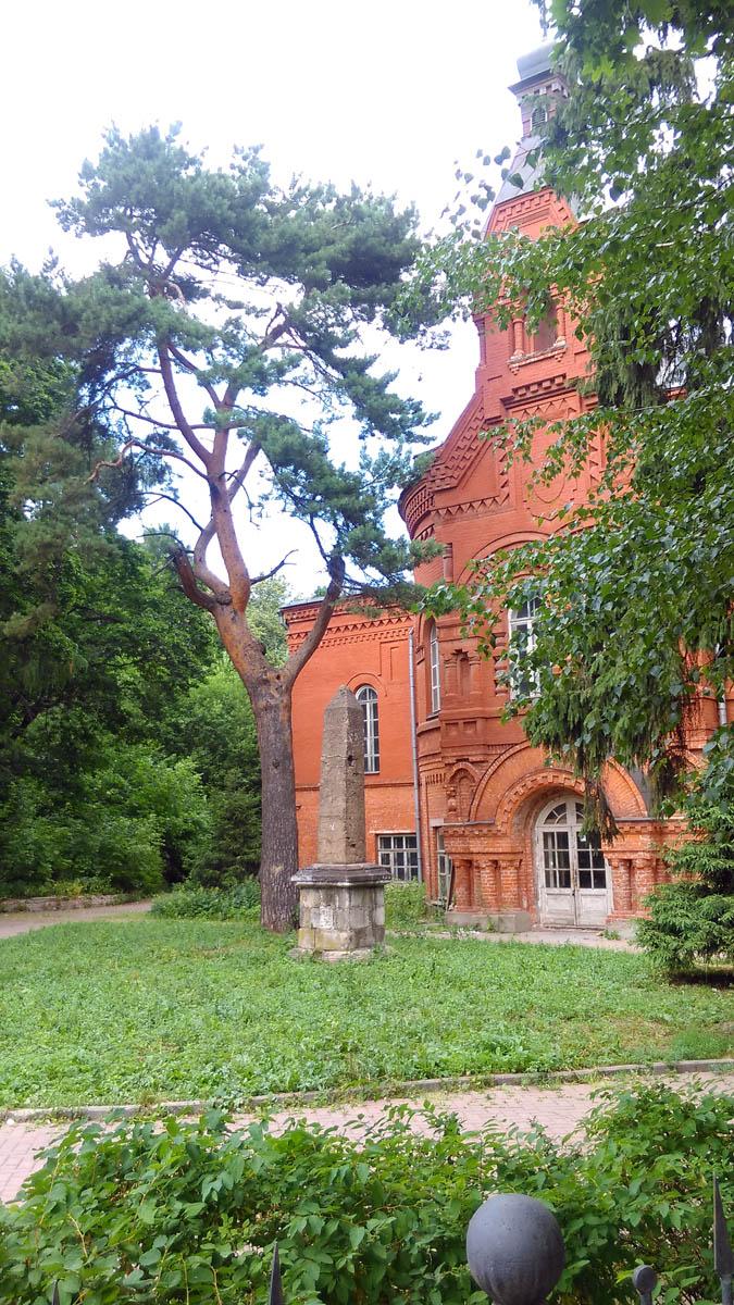 Перед входом в расположен обелиск и сосна. Сосна посажена в 1886 году княгиней Шаховской-Глебовой-Стрешневой.