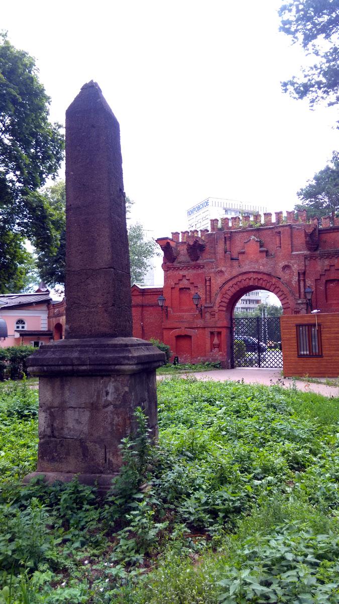 Обелиск был установлен к 300-летию дома Романовых, вместе с которыми Стрешневы фактически и заложили династию.