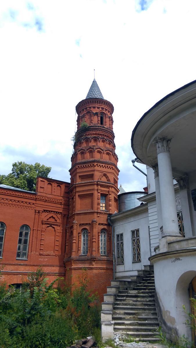 Островерхая башня пристроена к главному дому в 1880-е годы.