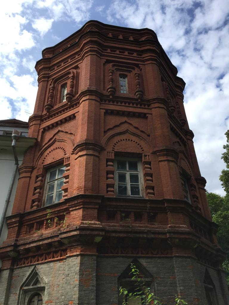 Северо-восточный флигель. Пристроен в 1880-е годы. Сильно пострадал при пожаре 1992 года, уцелел только нижний ярус. Верхние ярусы реконструированы уже в 1990-е годы.