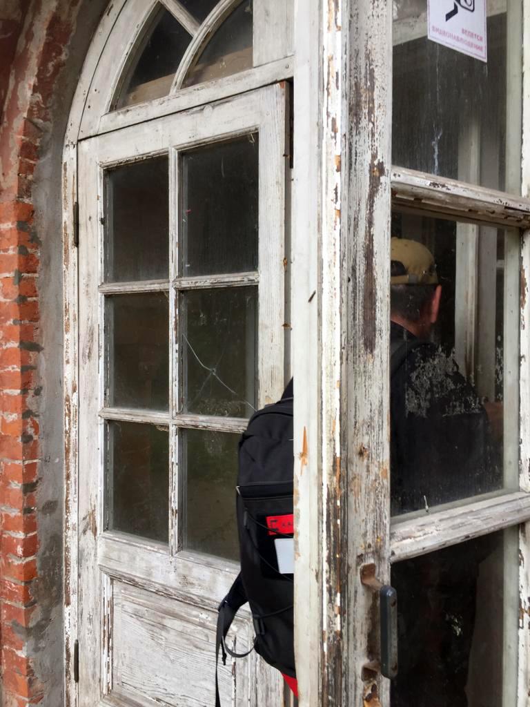 Дом снаружи посмотрели, теперь давайте зайдем через двери южного флигеля внутрь....