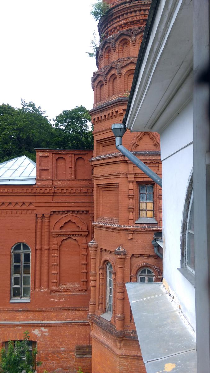И на флигели с противоположенной стороны главного дома.