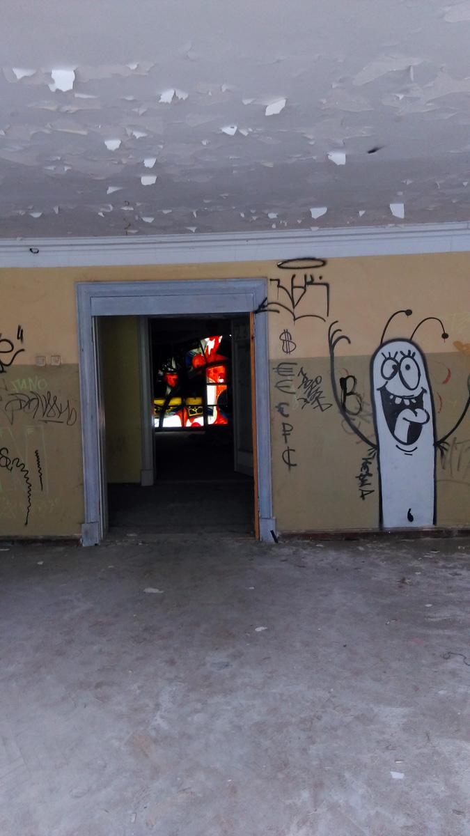 Продолжаю осматривать комнаты усадьбы и рисунки и надписи на стенах.