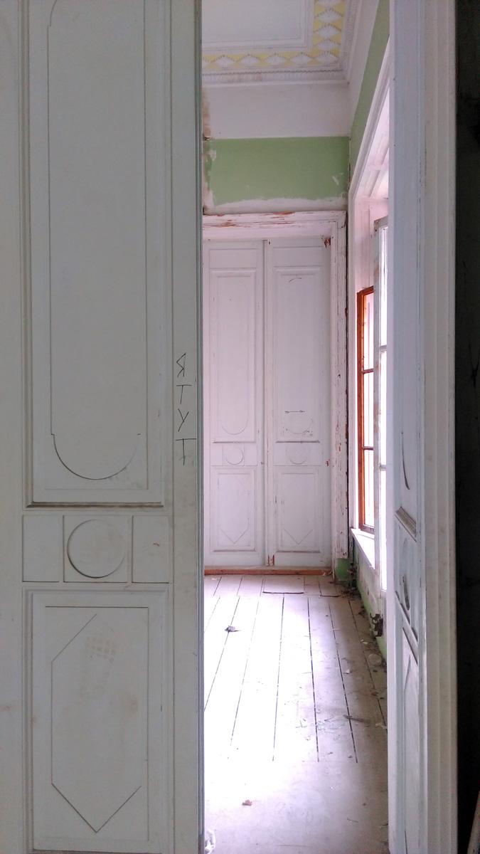Состояние комнат очень разное. Где-то полный разгром, вплоть до отсутствия досок пола. Где-то, сохранились двери и отделка стен.
