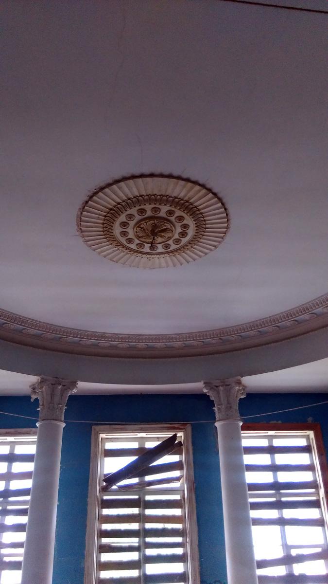Потолок и колонны голубого зала.