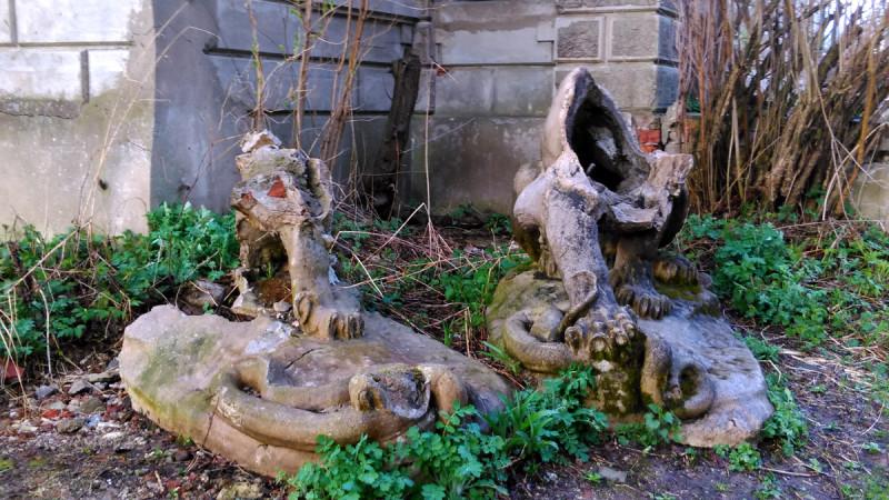 Красавцы львы попирающие змей уничтожены.