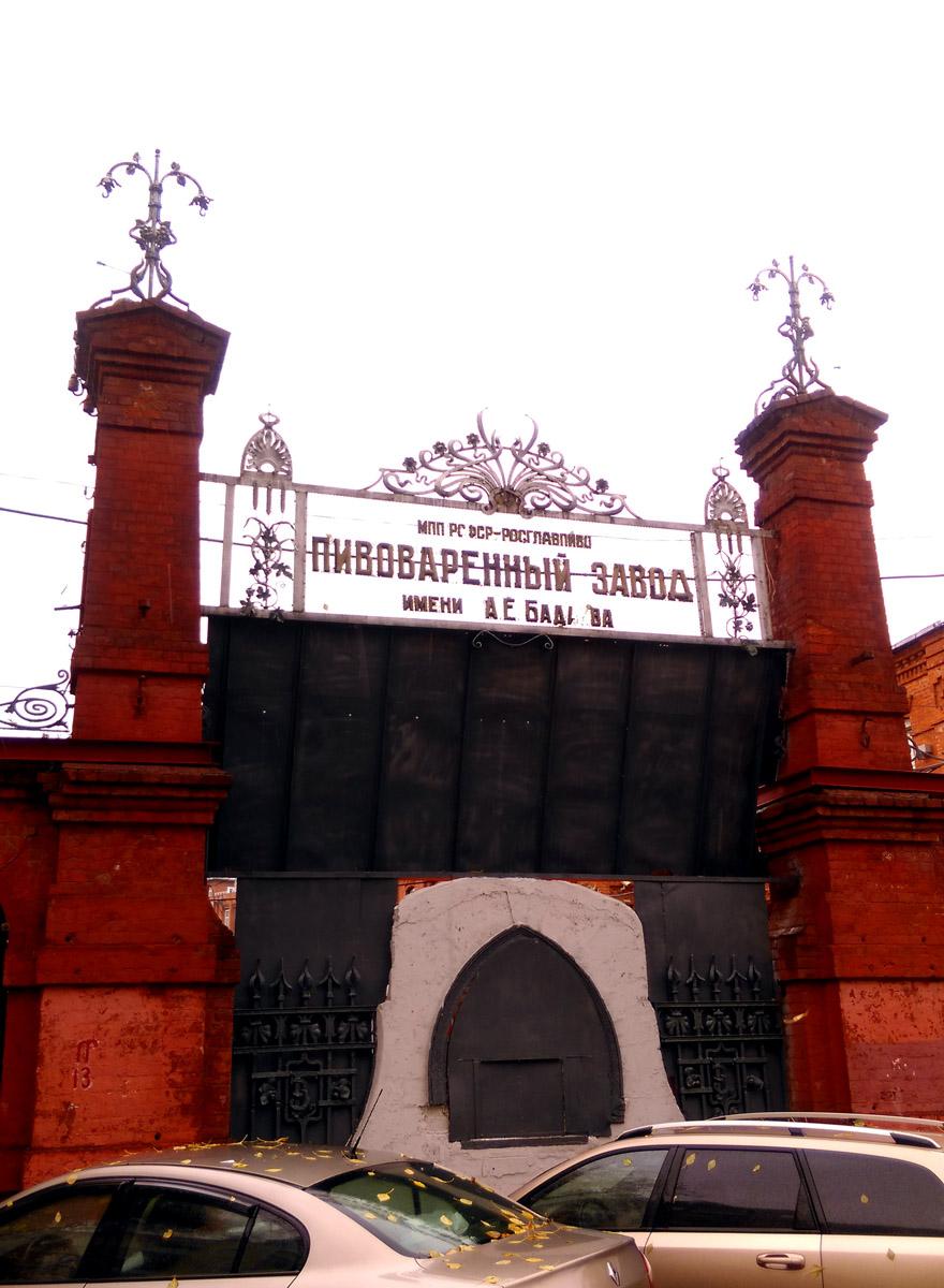 Давно неиспользуемые ворота завода...