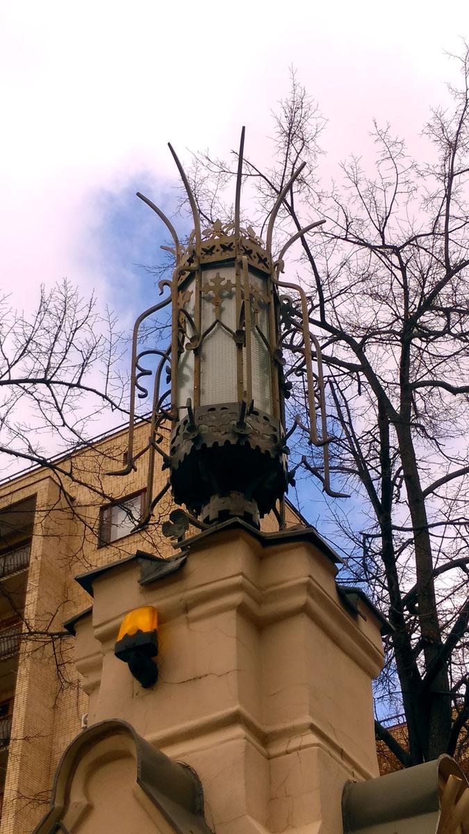Несколько фотографий особняков и доходных домов в стиле модерн и неоготика... Фонарь на ограде особняка З. Г. Морозовой на Спиридоновке.