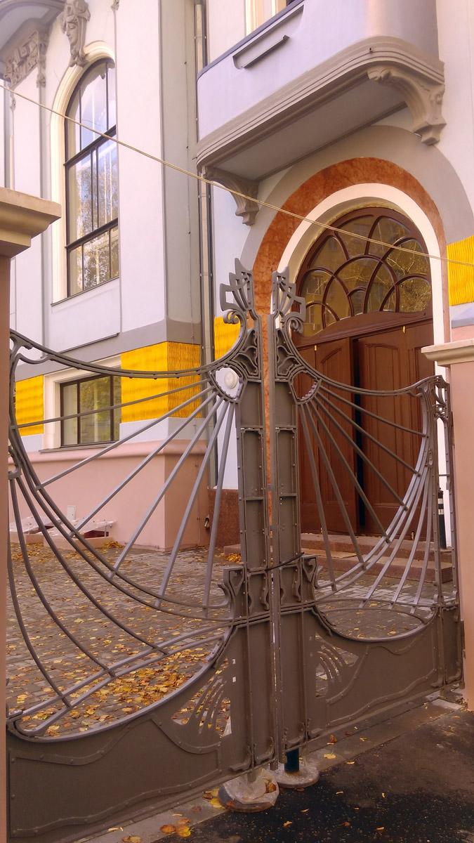 Ворота вернули на место после реставрации.