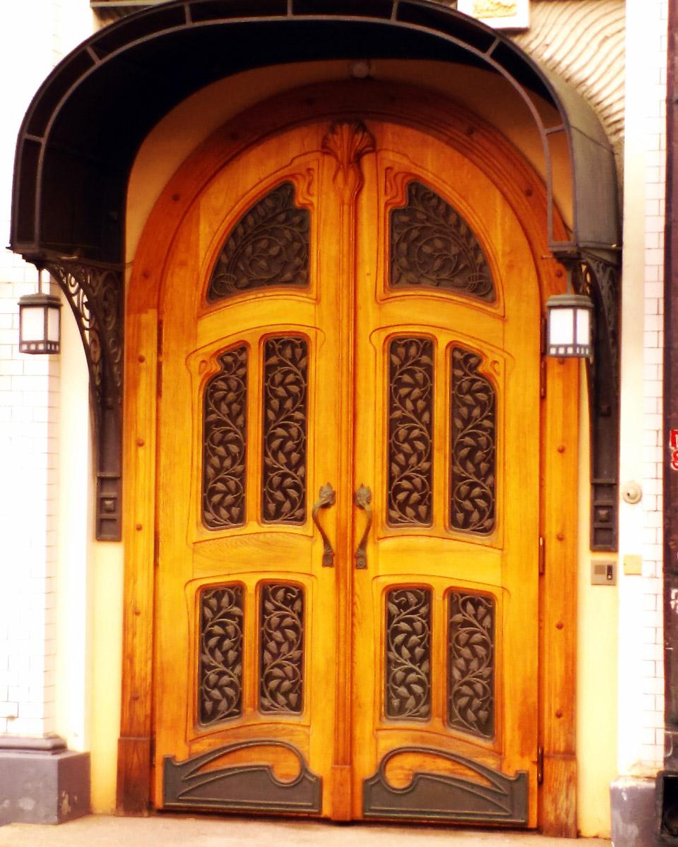 Красивые двери доходного дома...