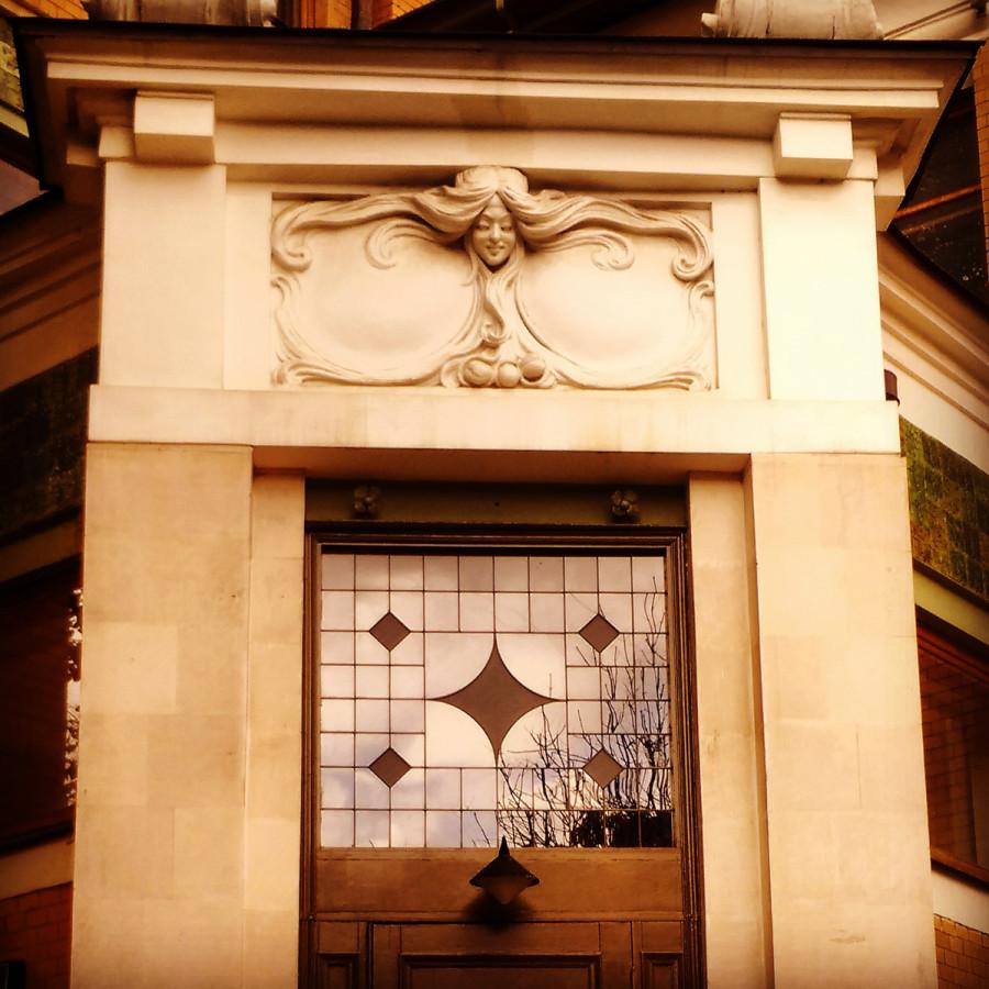 Дом в 1899–1900 гг. построил английский архитектор В. Ф. Валькот. Лорелия над дверью в особняк...