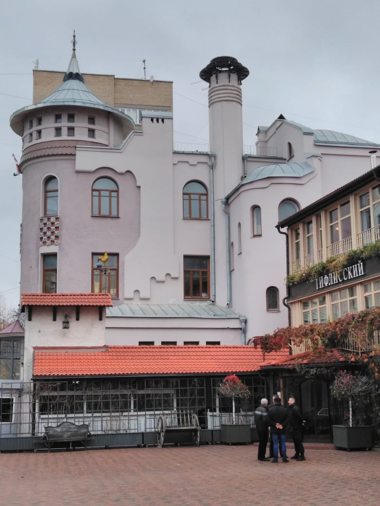 Доходный дом П. В. Лоськова. Построен в 1906 году архитектором А. У. Зеленко.