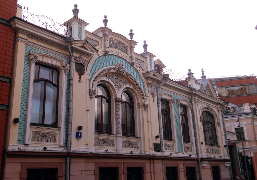 В 1834 году купец, а точнее, сын купца Стебнев выстроил в Среднем Овчинниковском переулке двухэтажный каменный дом.