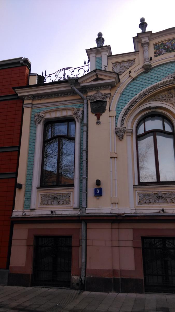 А в 1904 г. архитектор перестраивает особняк для новой владелицы Л.И. Гельтищевой. Бывший дом Стебнева стал его средней частью, по бокам были сделаны пристройки. Начнем его осмотр слева, направо...
