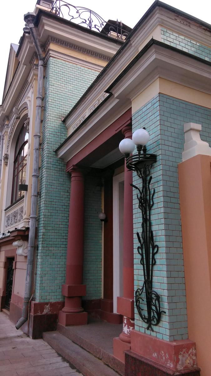 Ниша парадного входа оформлена колоннами тосканского ордера.