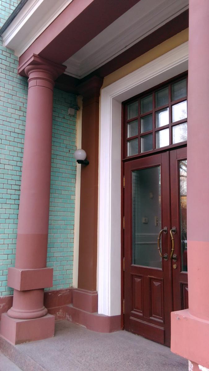Интерьер здания сохранился в почти неизменном виде, он оформлен с использованием керамики, металлических деталей и лепнины. Было бы интересно его увидеть...