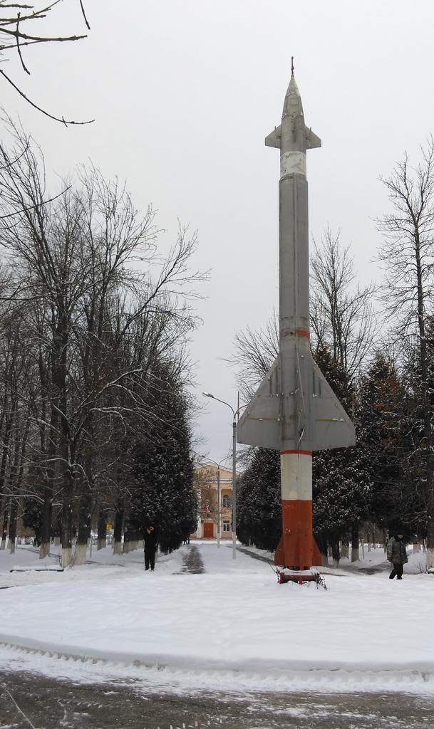 Ракета-памятник в центре парка.