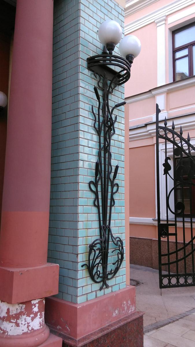 """Справа от дверей интересный держатель под лампы в виде стеблей и """"свечек"""" рогоза. (Это растение обычно называют Камыш, что не верно )"""