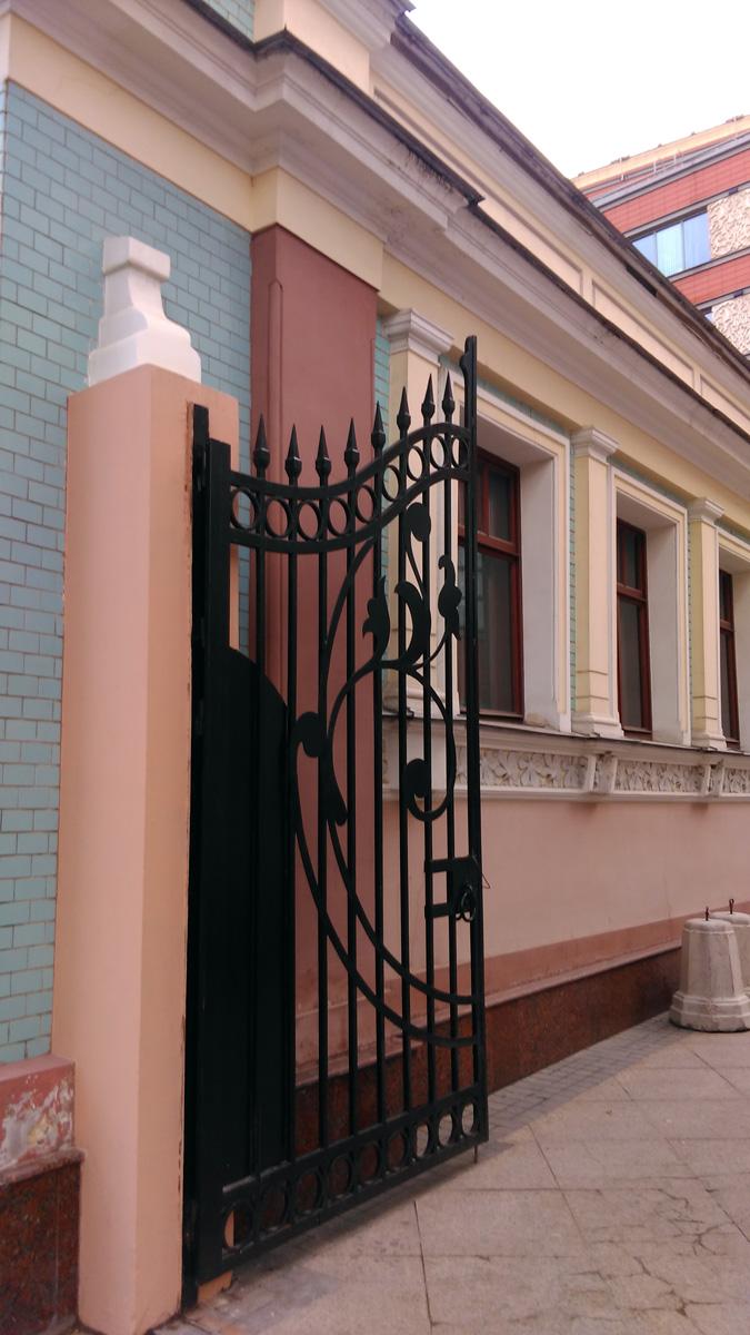 Ворота во двор особняка, а так же торгово-развлекательного центра...
