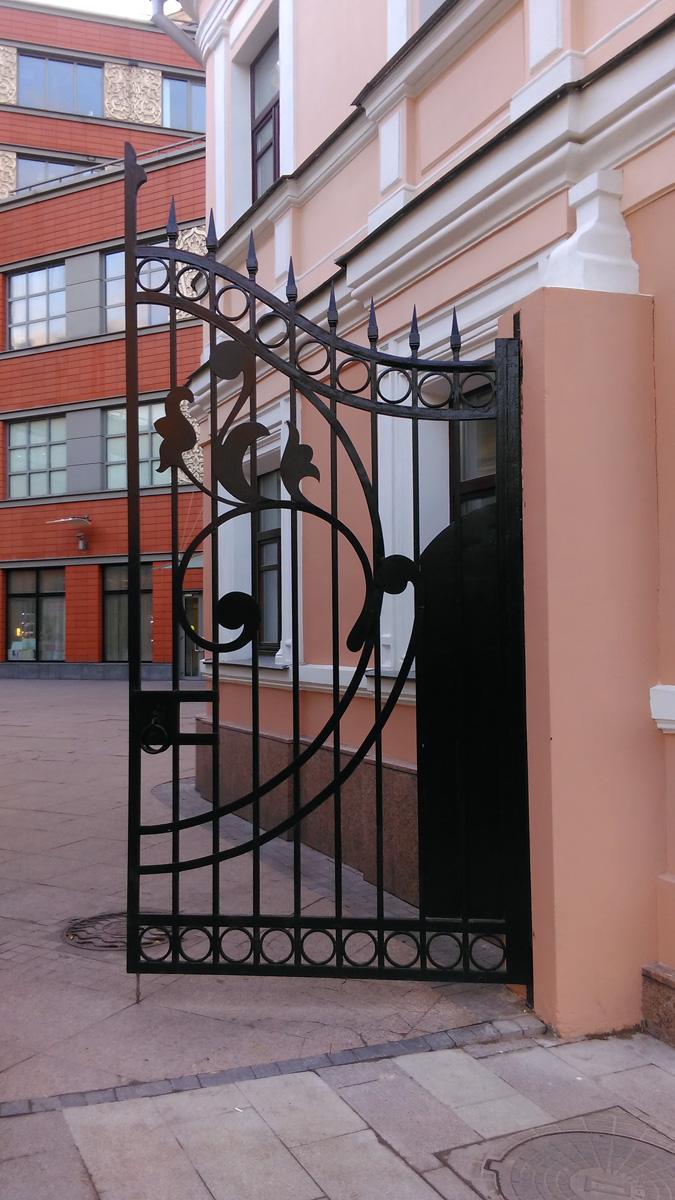 Ворота, хоть и выдержаны ы стиле модерн. но откровенный новодел.