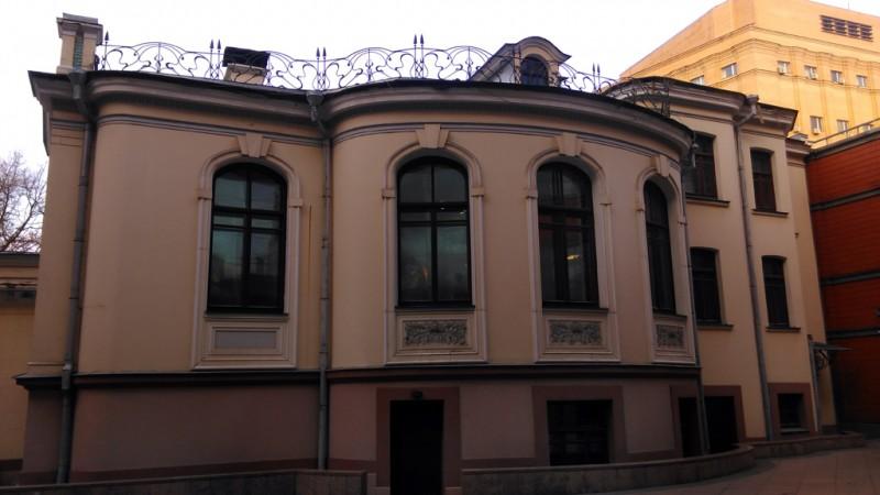 Тыльная часть особняка. Фасад декорирован уже попроще, но кованная ограда крыши присутствует, как и цветочные фартуке окон.
