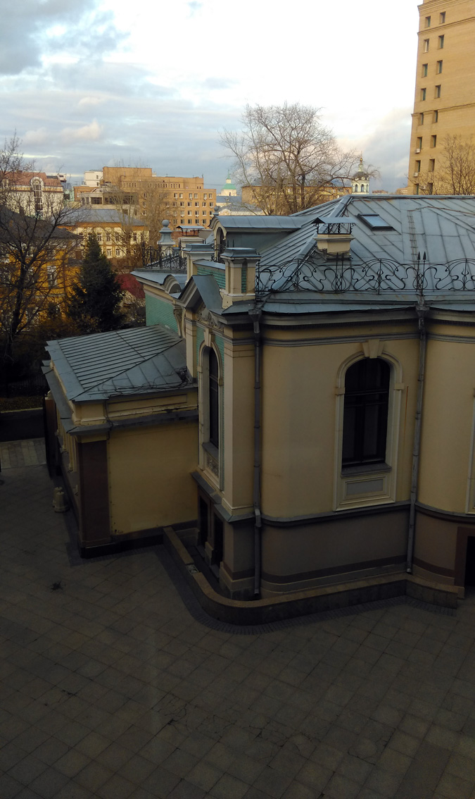 Вид на особняк и окружающую местность из окна Торгово-делового центра.