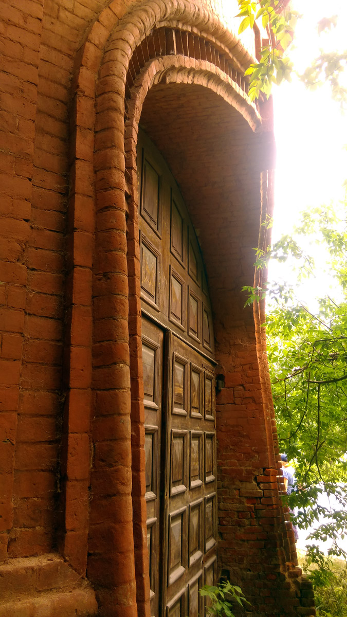Кирпичная башня с проездными воротами. Сооружена в 1889–1890 гг. Восстановлена в конце 1990-х гг. по проекту архитектора С. А. Киселёва.