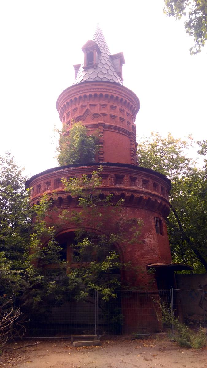 А так башня выглядит с территории усадьбы...