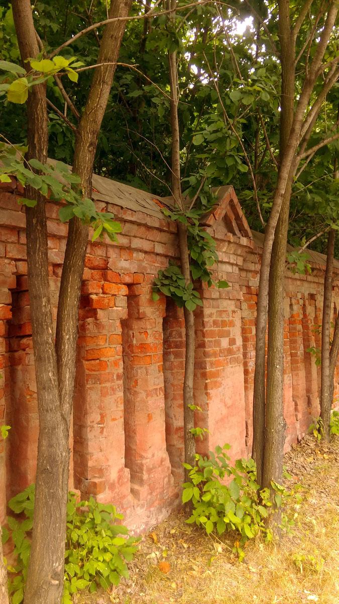 Но, а мы продолжим осмотр снаружи и пойдем вдоль ограды усадьб. Ограда сооружена в 1889–1890 гг.