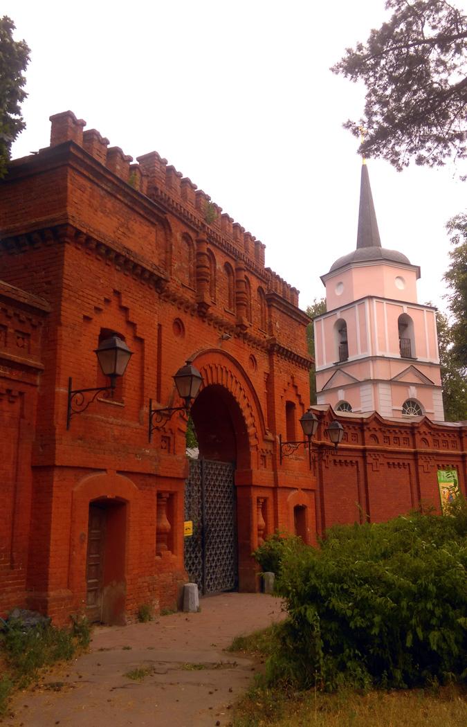 А это главные ворота и колокольня Храма Покрова Пресвятой Богородицы.
