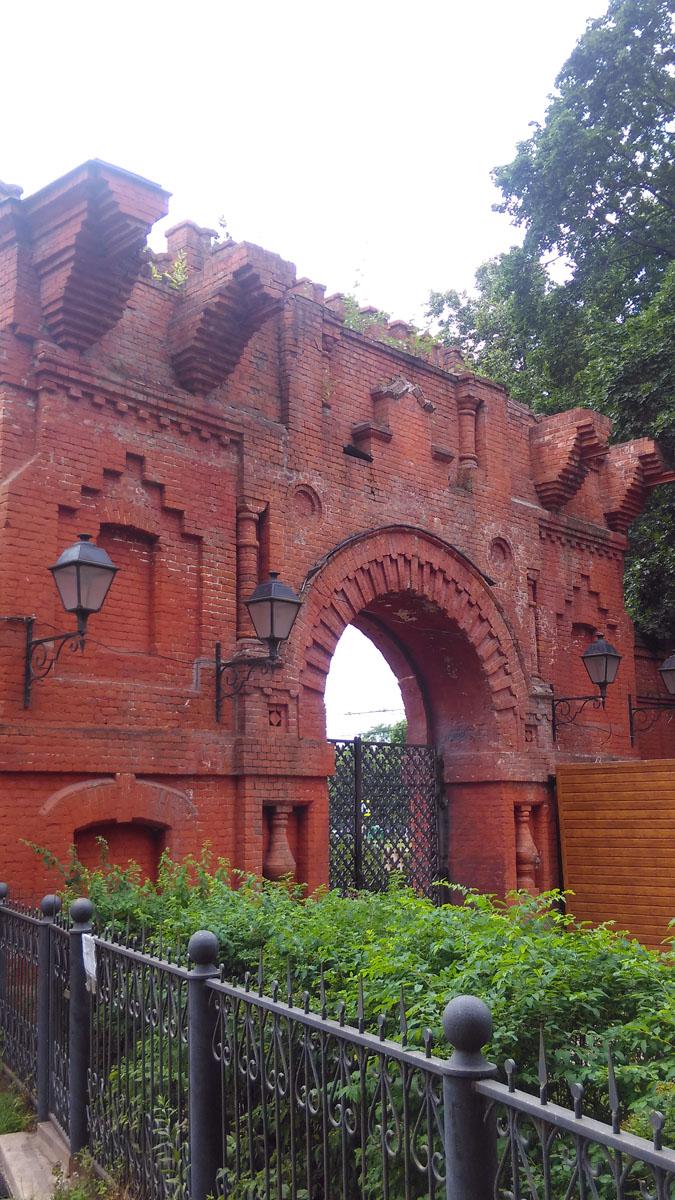 Главные ворота усадьбы, вид от храма.