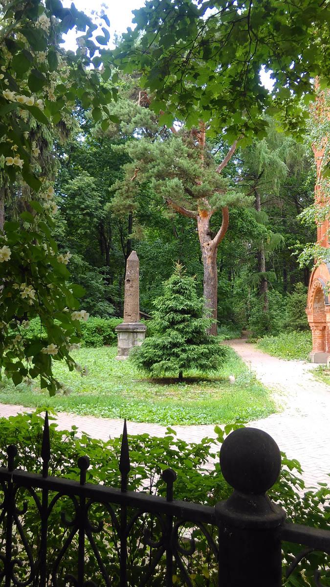 Обелиск напротив ворот был установлен к 300-летию дома Романовых