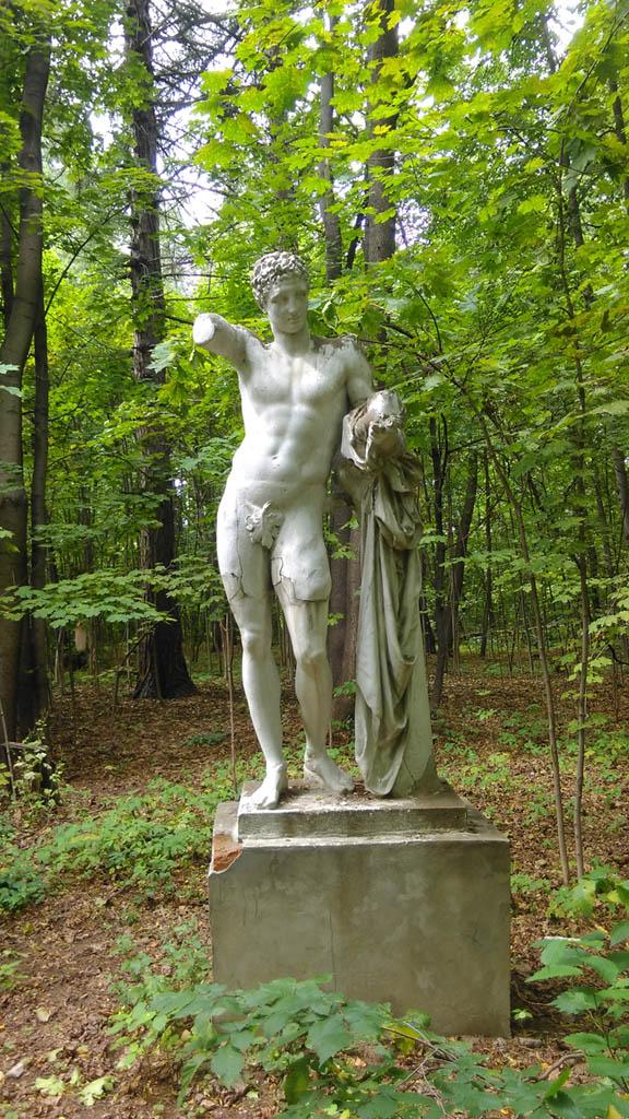 А если сойти с аллеи в заросший парк, то можно увидеть скульптуру «Парис»