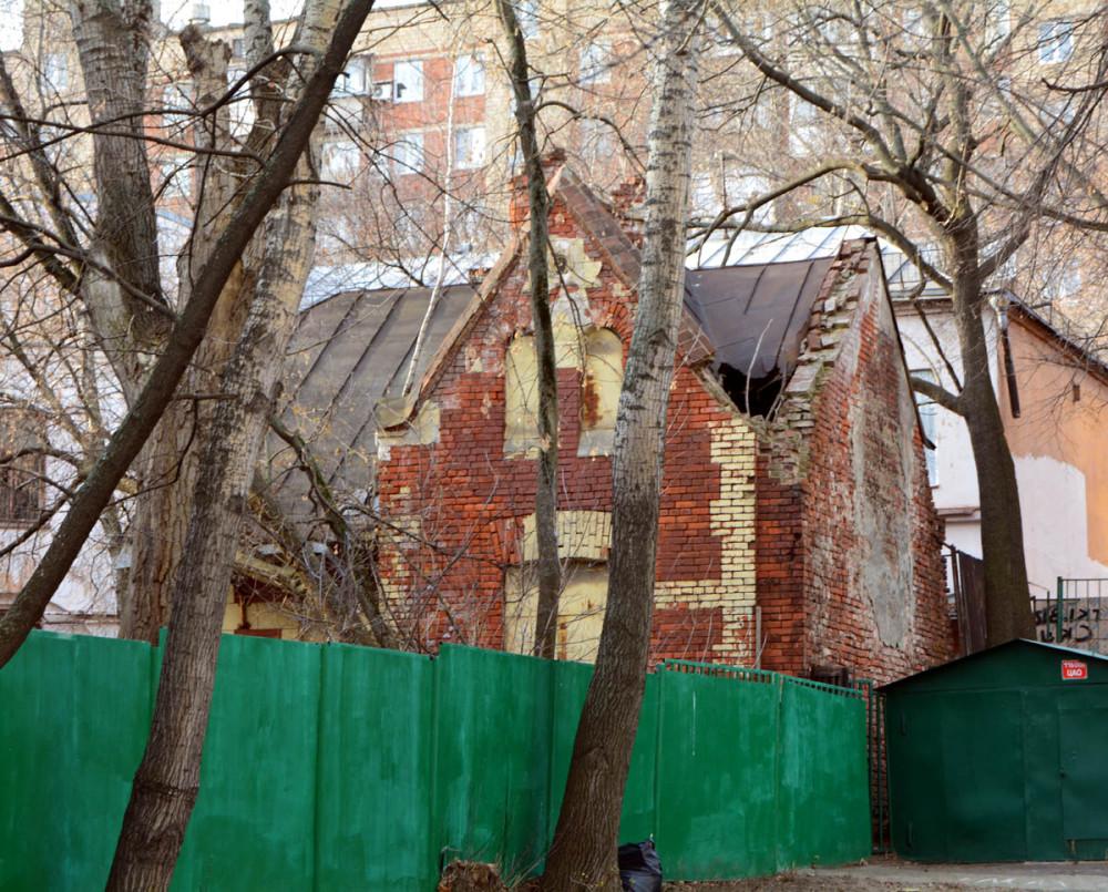 А встретил я Жука рядом с Особняком почетного гражданина В. К. Мельникова ( Не путать с архитектором однофамильцем)  На фото служебное здание при особняке.