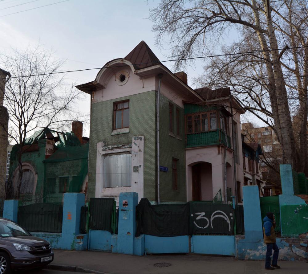 А это главный дом. Сооружен в 1904 году по проекту архитектора В. Д. Адамовича. Бывший противотуберкулезный диспансер № 10. Несколько лет особняк стоял заброшенный. Недавно его выкупили.