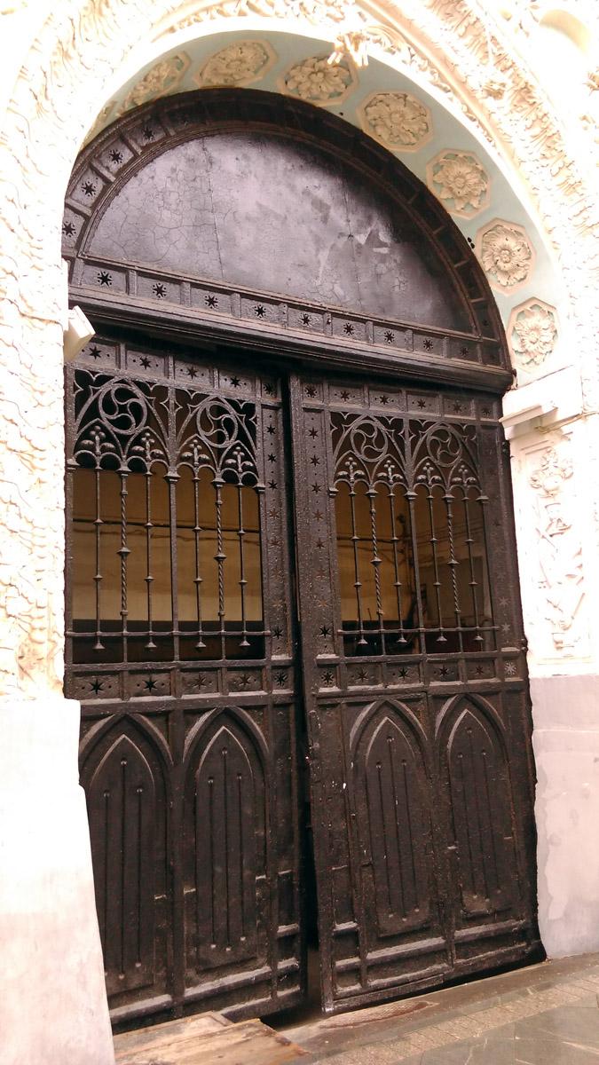 А вот, эта железная дверь, а точнее, ворота в готическом стиле принадлежат зданию Историко-архивного института РГГУ. Бывший Печатный двор, организованный в 1563 году для типографии Ивана Федорова.
