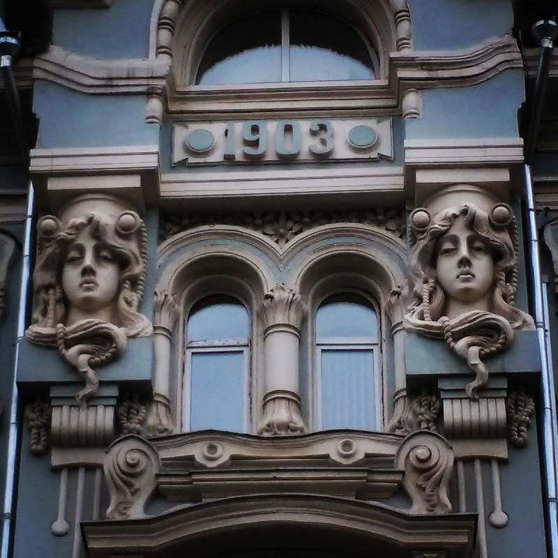 Мясницкая улица. Доходный дом с магазинами И. П. Бутикова – М. И. Мишина. Построен в 1869 г., перестроен в 1902–1903 гг., архитектор И. Т. Барютин.