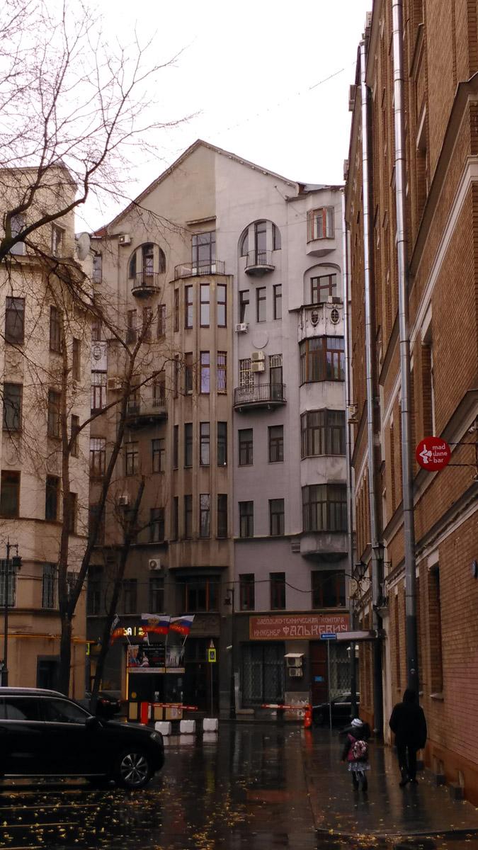 А рядом расположен семиэтажный двухподъездный доходный дом Е.А. Скальского. Архитектор И.Г. Кондратенко, 1912-13 гг. В 1920-х гг. здесь находилась редакция журнала «Красная новь», в которой работал А.М. Горький. Здесь бывали А.А. Ахматова, В.В. Маяковский и др.