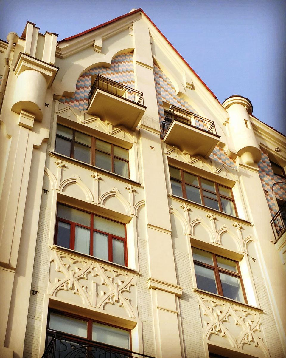 Доходный дом А. И. Синицына. Построено в 1909 г. архитектором С. М. Гончаровым во владении московского купца Александра Ивановича Синицына.