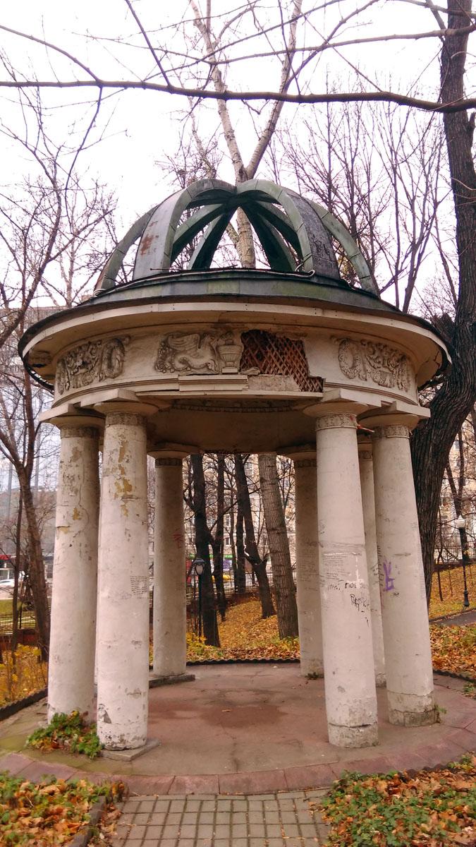Усадебный парк часто попадал в кинофильмы, в частности, в нем снимали знаменитый фильм «Покровские ворота».