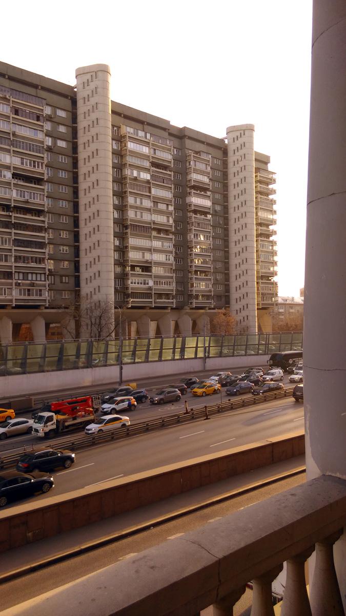 «Дом-сороконожка» Тринадцатиэтажный трёхподъездный панельный жилой дом серии «Лебедь».Построен в 1973-1978 годах заслуженным архитектором России А. Д. Меерсоном. А фото я сделал с главной трибуны бывшего стадиона юных пионеров. Это все что осталось от стадиона, на его месте построили многоэтажный жилой комплекс...