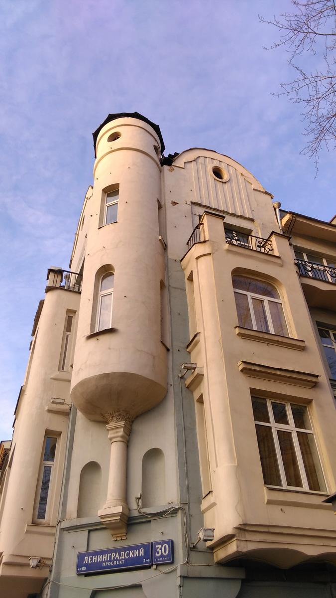 Доходный дом Судакова, построенный в 1904 г. по проекту архитектора Эрихсона. Сейчас здание находится на балансе театра «Ромэн».
