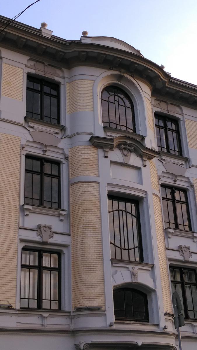 Доходный дом Быкова  (2-я Брестская улица, 19/18, стр. 1) построен в 1909 году по проекту знаменитого архитектора Льва Кекушева. Долгие годы дом был заброшен, горел. Но теперь проведена (или сделана большая часть работ) реставрация.
