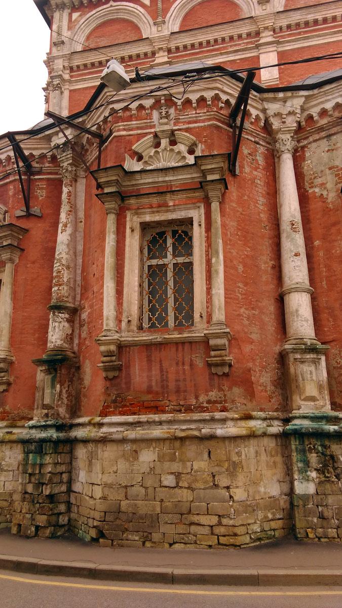 Интересным фактом является то, что согласно исследованиям реставраторов первоначально кровля храма имела комбинированное покрытие, состоящее из белого камня и цветной поливной черепицы. Предположительно это было связано с запретом Петра I на использование железа при устройстве кровель, на момент строительства. Эта кровля просуществовала до 1770 года, когда во время ремонта она была заменена на обычную, из листового железа.